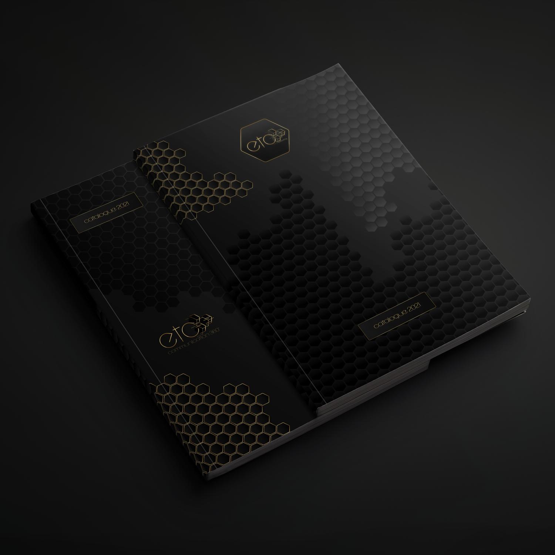 exemple de couverture de livret commercial noir avec logo et illustrations dorées et vernis sélectif
